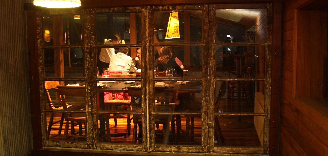 Vista de un comedor a través de un ventanal